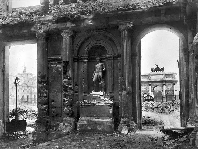 1871 - La destruction du Palais des Tuileries dernière résidence des rois de France, fut construit en 1654, à l'emplacement d'une ancienne fabrique de tuile. Situé de part et d'autre du Louvre, juste derrière l'Arche du Carrousel, sa facade de 260 mètres fermait la place du même nom.