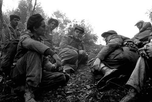 Fidel Castro y el Che Guevara en las trincheras, obra de Enrique Meneses