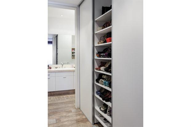 Vestidor con multitud de estantes para zapatos (Omar Grilli).  /Daniel Karp