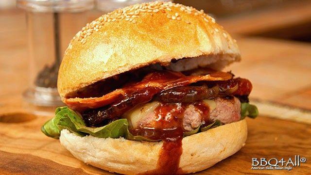 Cheeseburger con cipolla caramellata, pomodoro secco e pancetta croccante
