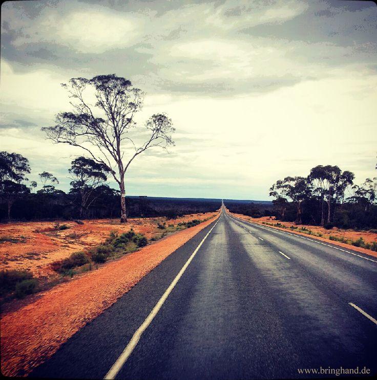 www.bringhand.de/blog    Wer bereits mal eine Strecke ohne Ende gefahren ist, der weiß, dass das Ziel der Weg ist.    #Reisen #Wanderlust #Australien #Outback #Strecke #Wüste #Straße #Route #Roadtrip #Trip #Autoreise #Urlaub #Backpacker #Europa #Deutschland #Workandtravel #Schweiz #Östterreich #folge #Bringhand #Fahren #Campen #digitalnomaden #vanlife