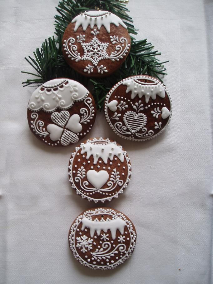 Vánoční ozdoby/à transposer en porcelaine froide ou bois+ dentelles&broderies anciennes de récup+peinture à cerner/DB