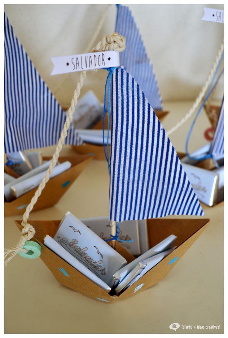 Barcos de papel con vela de tela y chocolates.