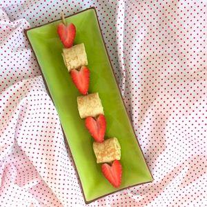 Half gezond, half wat minder gezond, deze spies met pannenkoek en aardbei. Leuk recept voor de kinderen bij een picknick of als traktatie. http://dekinderkookshop.nl/recepten-voor-kinderen/aardbeien-hartjes-pannenkoekenspies/