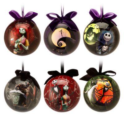 Con queste sei terrificanti palle di Natale ispirate a The Nightmare Before Christmas la decorazione del tuo albero sarà indimenticabile. Ognuno dei sei modelli, caratterizzati dalla superficie liscia con brillantini, raffigura un personaggio inquietante su entrambi i lati.