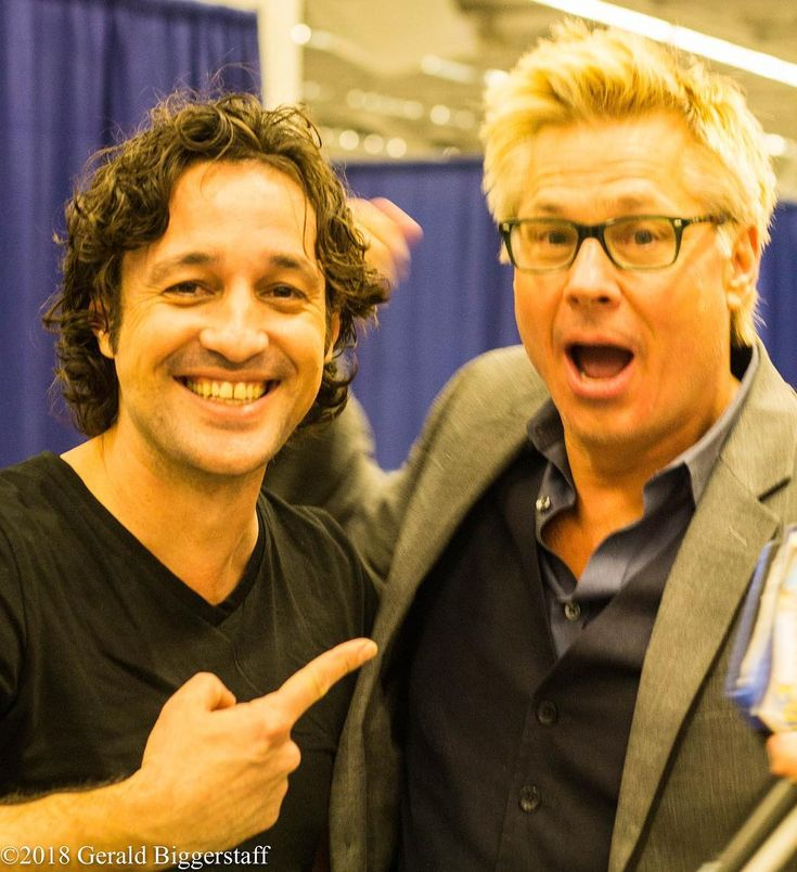 Thomas Ian Nicholas and Kato Kaelin goofing around at Wizard World Cleveland in Cleveland Ohio on March 3 2018. #wizardworld #thomasiannicholas #katokaelin #geraldbiggerstaffphotography - Use code witblade at checkout for 10% off Wizard World 2018 tickets!