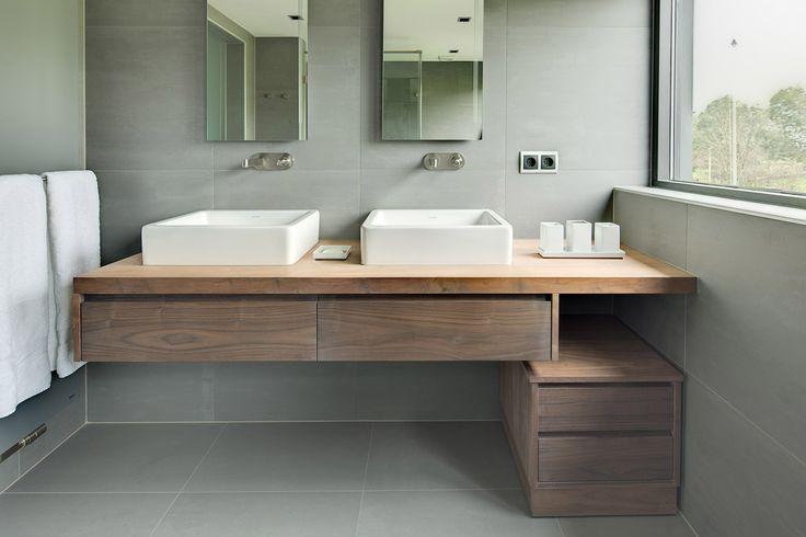 Een moderne badkamer ontworpen en gerealiseerd door De Jong Sanitair & Tegelspecialist. Onder andere met badkamermeubels van Custom Made De Jong.