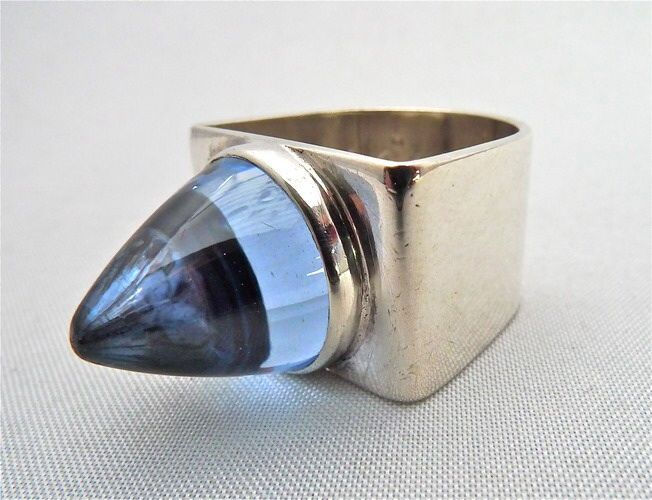 Hopeinen sormus sinisellä kivellä | Gunnari Oy:n valmistama hopeinen sormus. Sormus on geometrinen ja kivi on kauniin sinervä. Sormuksen koko: 17 mm. 24,00 € | Gunnari Oy, Helsinki 1965 --  Silver ring with blue stone | Gunnar Ltd made silver ring. The ring is geometric and the stone is a beautiful blue shimmering. Ring size: 17 mm. € 24.00 | Gunnar Oy, Helsinki 1965