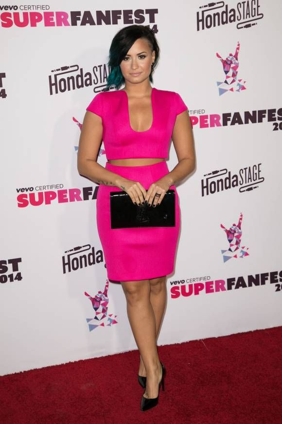 I need this pink outfit in my life!!! Blog post with cheap alternatives to get Demi's look! www.savorybean.com