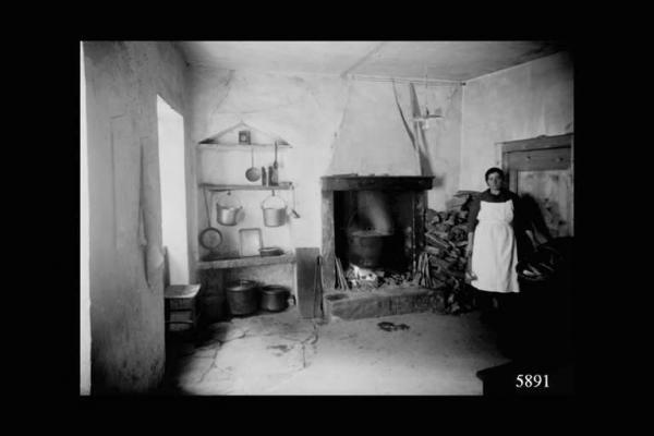 Borno casa interno cucina con donna vecchie cucine for Foto case antiche