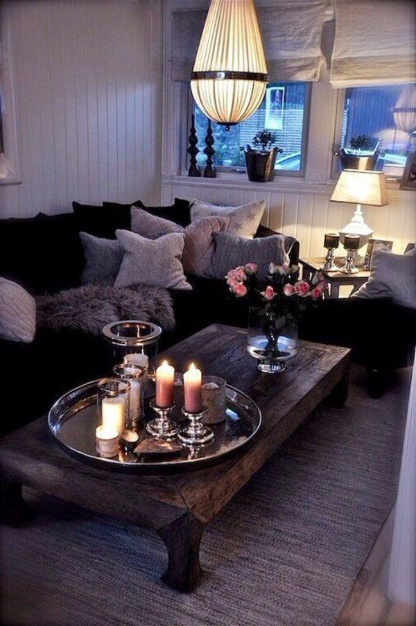 hängende lampe über dem tisch neben einem sofa