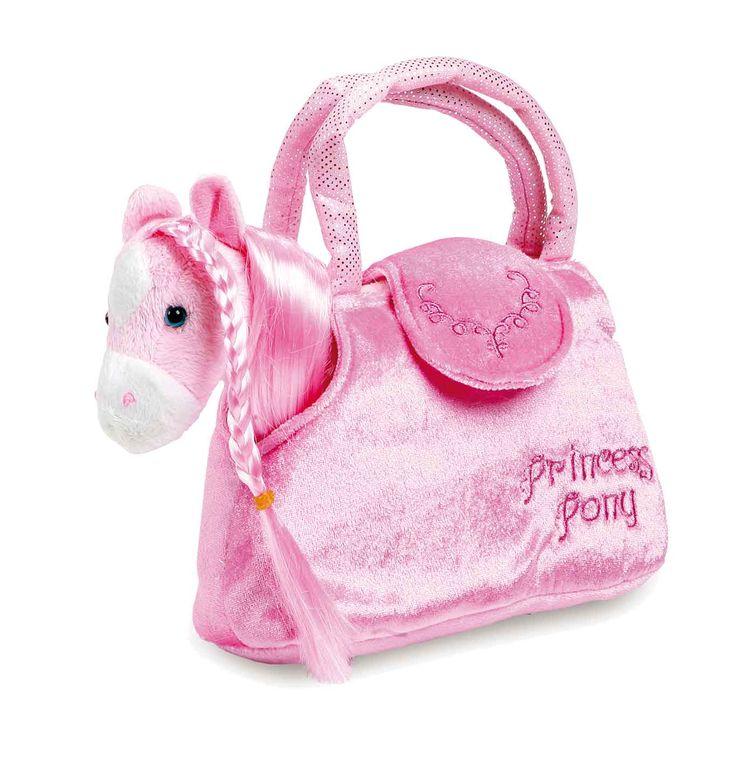 Een knuffelzachte pony met lange manen en staart, die goed tot vlechten kunnen worden gevlochten. In zijn zak kan het kleine knuffeldier overal mee naar toe reizen. In het roze design is hij de ideale begeleider voor de kleine dames!