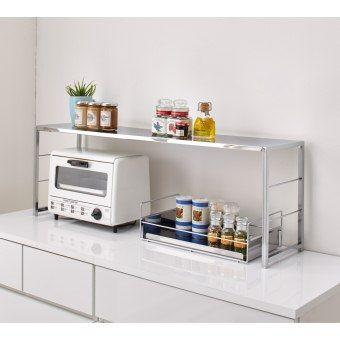カウンター上の収納スペースを手軽に増やす、幅伸縮式のキッチンラック。スタイリッシュなステンレス製の収納棚で、キッチンカウンターやコンロ・シンク周りをすっきり整頓できます。デッドスペースになりがちな小型レンジ・トースターの上に収納棚をプラスする収納アイデアで、毎日のお料理やお掃除の導線をサポート。奥行はスリムな23cmと薄型なので、伸縮ラックの手前には、調理スペースや作業スペースも確保できます。調味料やこまごまとしたキッチングッズの収納に便利な、持ち運び可能のトレー付タイプです。