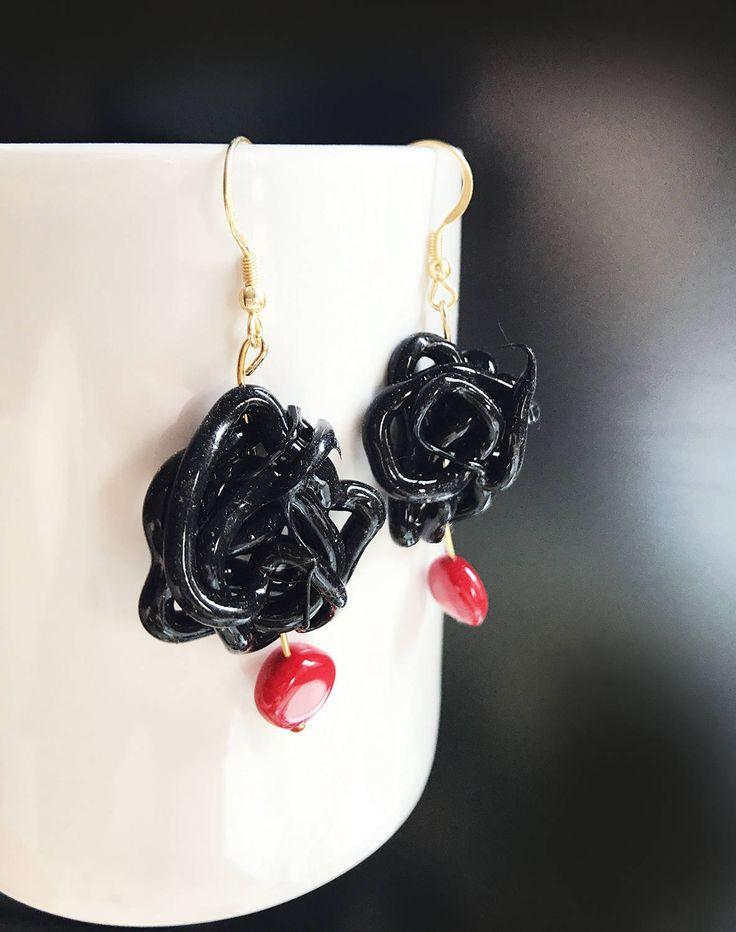 Orecchini neri di silicone con pendente di resina rossa, orecchini pendenti, orecchini in gomma nera, gioielli in silicone, gioielli moderni by AlfieriJewelDesign on Etsy