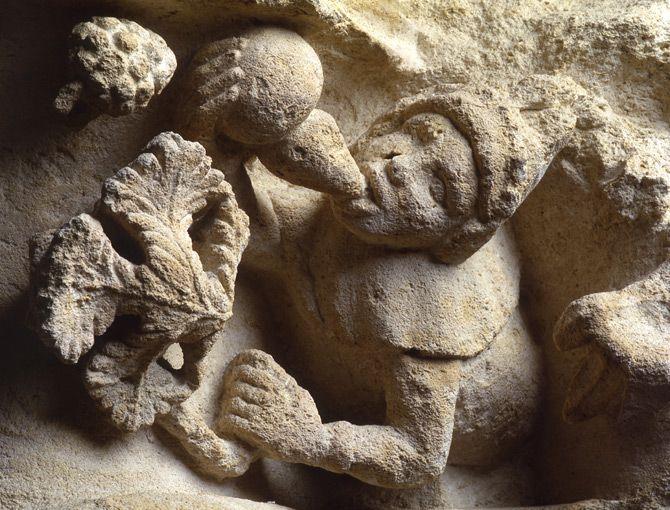 Le repos du vigneron, corniche historiée de l'église Saint-Michel de Bordeaux, XVe siècle.   Musée d'Aquitaine, Bordeaux.   France / medieval / wine / 15th century / Sculpture