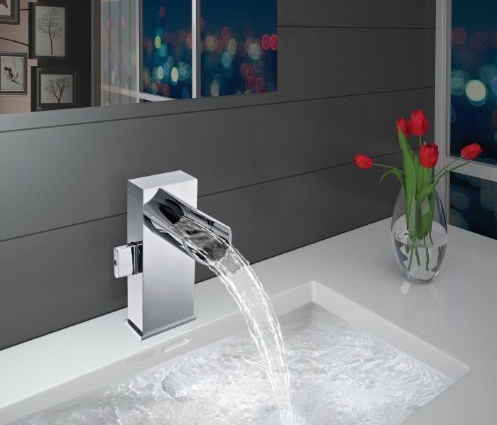 badezimmer ideen, eckiger weißer waschbecken, runde glasvase, rote ...