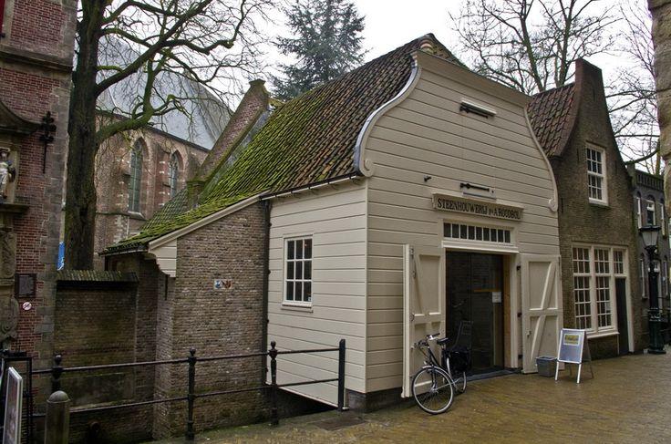 Steenhouwerij achter de kerk - het enige houten huis in de Goudse binnenstad...
