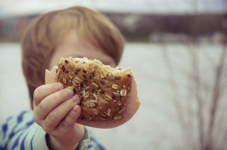 Zatímco někteří rodiče děti v jídle nijak neomezují a doufají, že z případných špeků vyrostou, jiní nutí už pětileté holčičky, aby si hlídaly, kolik toho sní. Obojí je špatně a obojí může vést k budoucím velkým problémům s nadváhou, či dokonce obezitou. Stejně jako například snaha donutit dítě k tomu, že by vždycky mělo všechno dojíst. Podobných omylů a mýtů přitom mezi lidmi koluje více. Patříte taky mezi ty, kdo dětem kupují nízkotučné mléko a zalévají jím přeslazené cereálie? Nebo…