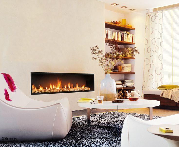 une chemin e minimaliste et l gante au long foyer. Black Bedroom Furniture Sets. Home Design Ideas
