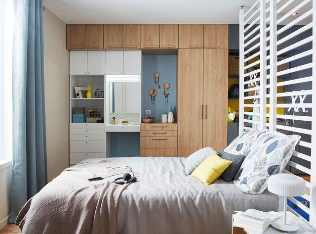 Un dressing avec coiffeuse intégrée dans la chambre à coucher.