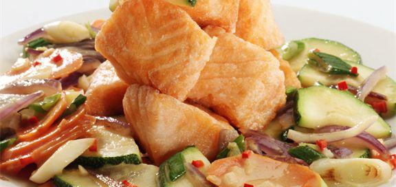 Bilde av wok med laks og kokosmelk