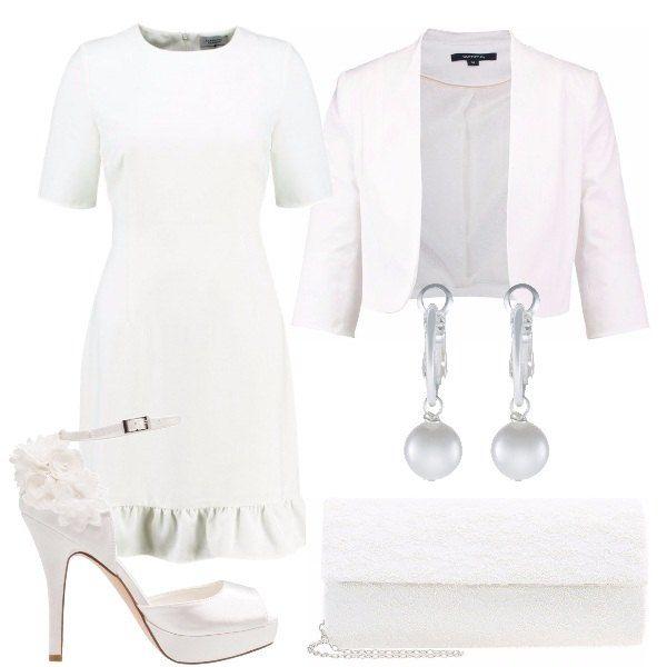 Outfit pensato per una sposa che non ama le convenzioni composto da vestito corto con volant sul fondo, giacchino corto, scarpe alte con cinturino alla caviglia e applicazioni di fiori sul tallone, orecchini con le perle e pochette bianca.