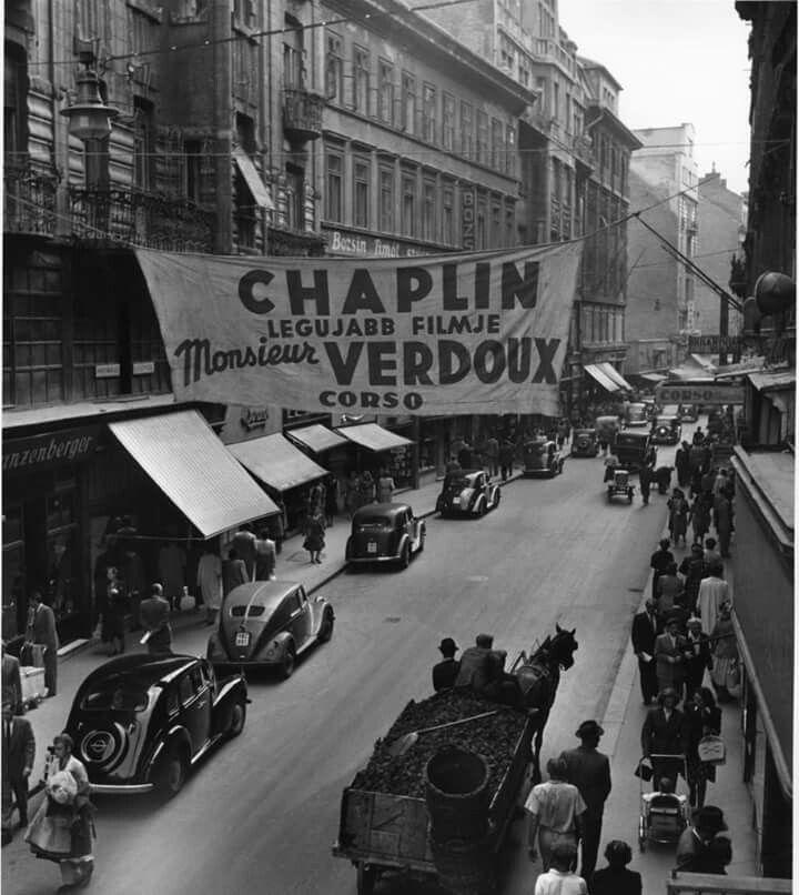 Chaplin legújabb filmjének plakátja a Váci utcában 1948-ban. Fotõ: Róbert Capa