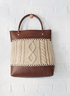 The cable-stitch bag is made of Alaska yarn (50 % wool – 50 % acrylic). It is kn…