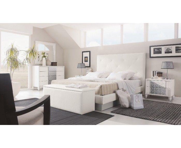 Domitorio de Matrimonio compuesto de: Cabecero tapizado, Bañera para cama de 150x190 cms., 2 Mesitas de 2 cajones, Comodín de 4 cajones, Espejo y Baúl tapizado. Combinación de colores: Blanco Poro/Plata.