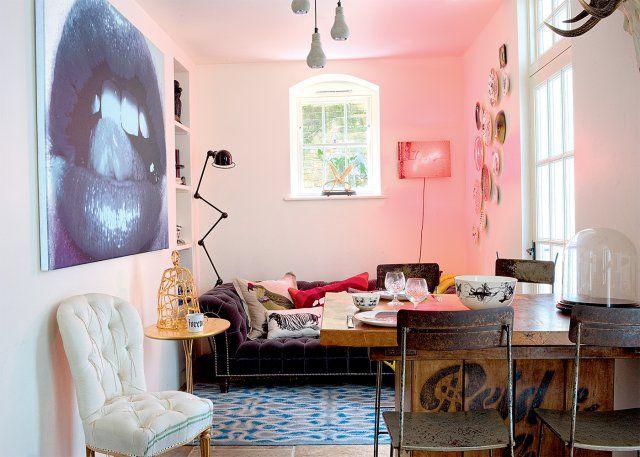 Un salon moderne qui mixe style arty et rétro