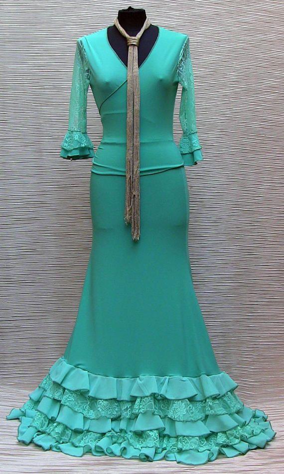 Traje de flamenca se compone de: Chaquetas de abrigo ° cruzaron en jersey y estiramiento del cordón. Entrecruzamiento de cintura que usted puede atar en la espalda o al frente. 3/4 mangas adornadas con doble volante en la parte inferior: un jersey y un cordón. Manga de encaje,