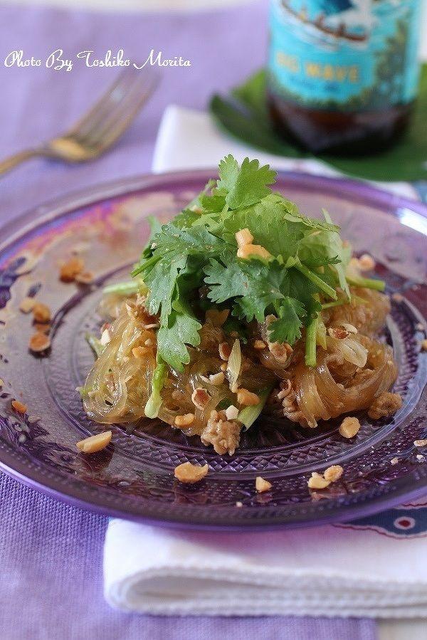 パクチー(コリアンダー)は、ベトナムやタイなど東南アジアの料理に欠かせない食材。その特徴は、なんといってもクセのある香り! 苦手な人も多い半面、一度ハマると「あの独特の香りがたまらない」とやみつきになってしまう人も。今回はそんなパクチーがたくさん食べられる、パクチー尽くしのレシピを集めました。