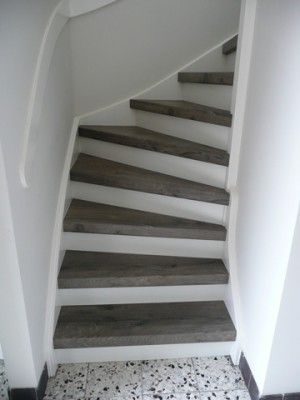 Lichte trap met donkere traptreden. Gezien bij Wolfs traprenovatie.