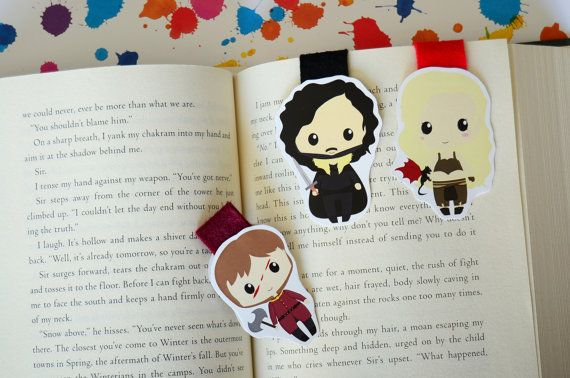 Beautiful magnetic bookmark printed in paper 350 gr.bright paper.  The size of bookmarks are:  Khalessi: 6 cm aprox. Jonn Snow: 6 cm aprox.