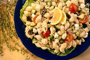 Servez cette salade sur des feuilles de laitue romaine pour obtenir un plat d'accompagnement estival parfait pour les viandes grillées.