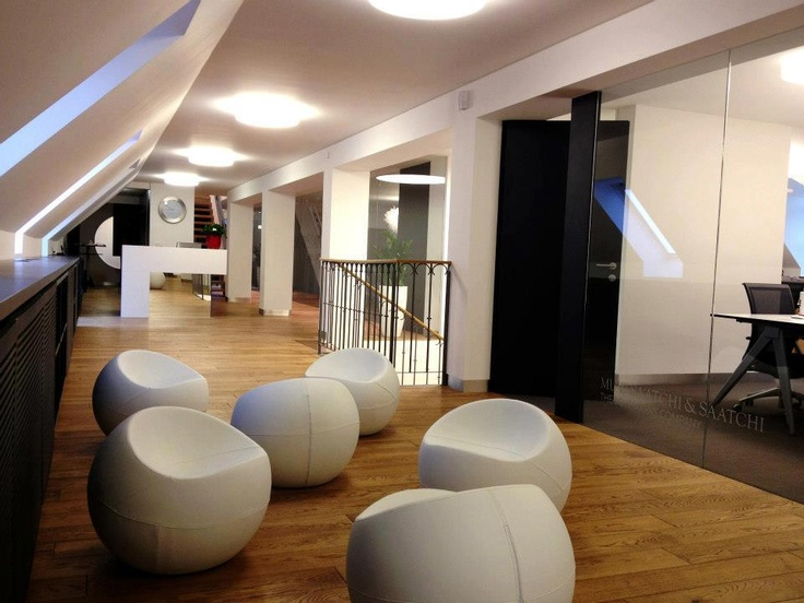 white ball chairs with pu leather cover at the saatchi u0026 saatchi office