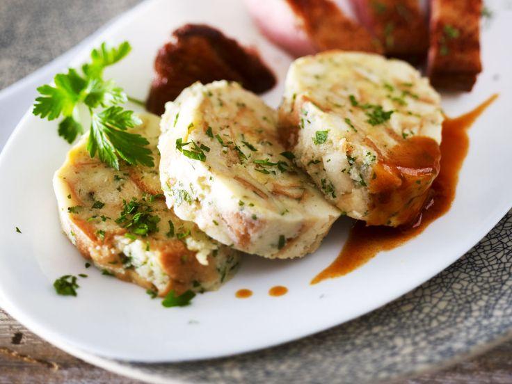 Serviettenknödel sind der perfekte Begleiter zu Fleischgerichten! Für das Rezept brauchen Sie nur wenige Zutaten - und natürlich ein Tuch zum Einwickeln.