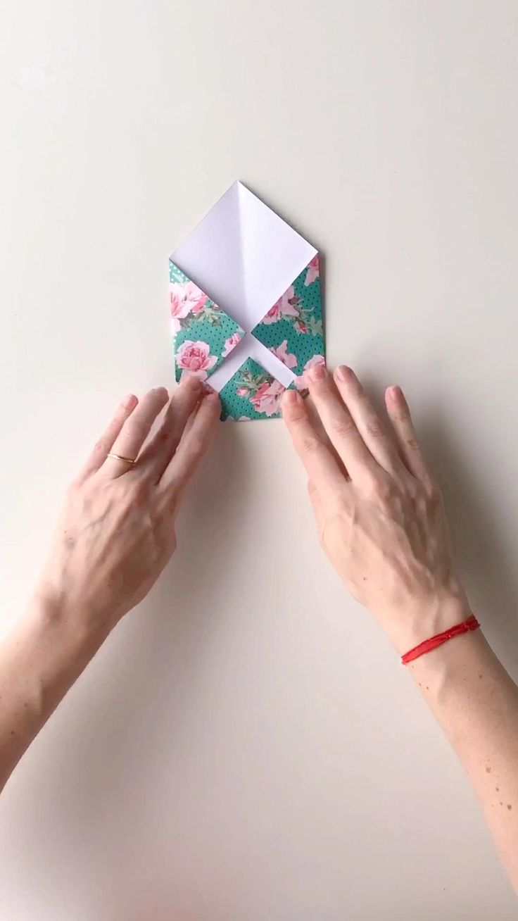 Te enseño a hacer un sobre en un minuto! Solo necesitás un cuadrado de papel y cinta adhesiva 🙌🏻✨ Origami, Wedding Invitation Envelopes, Easy Paper Crafts, Letter A Crafts, Letter Writing, Paper Cards, Diy Gifts, Diy Ideas, Templates