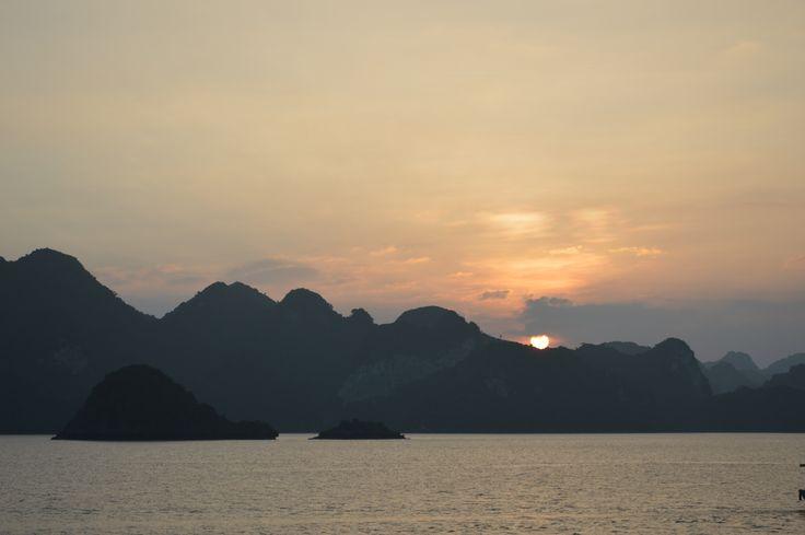 Een magische zonsondergang op het dek van een luxe schip midden in de Ha Long Bay. http://www.pimenjiska.nl/fotos-van-halong-bay