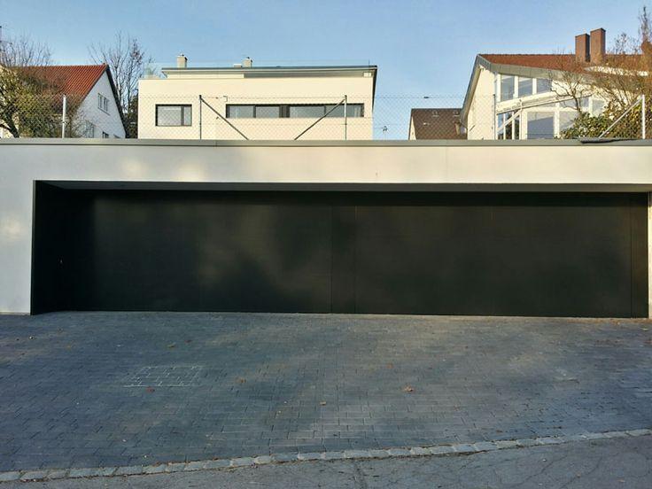 Flächenbündiges Kipptor und Nebentür mit Verkleidung aus Alublech.