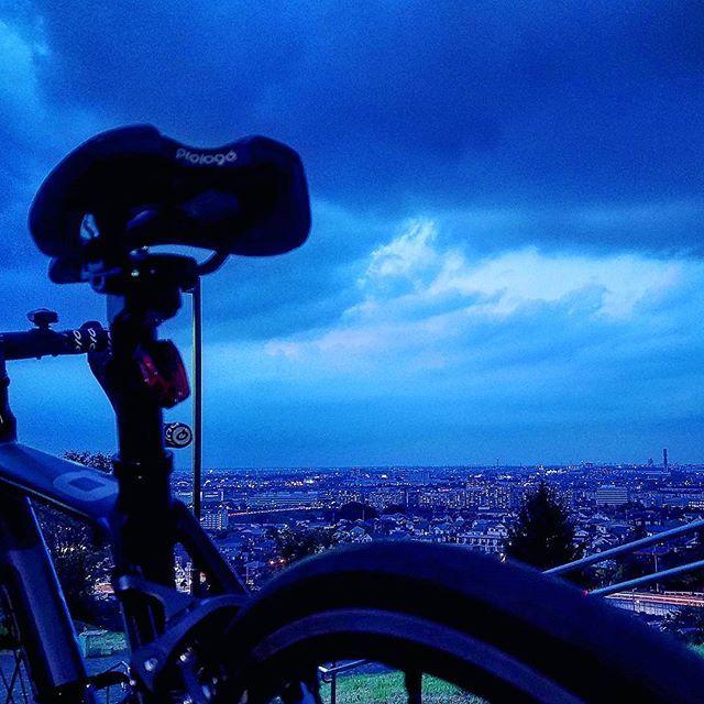 Instagram【rin.riotgirl9.24】さんの写真をピンしています。 《今日の目的地はフォロワーさんに教えて頂いた都立桜ヶ丘公園の夕日の丘。到着したとたん嘘のようなどんより空。残念ながら夕焼けは見れなかったけど綺麗な夜景を見ることができた。帰りはシャワーのような雨だったけどなんとか帰還。またリベンジしに来よう。#ロードバイク #ロードバイク女子 #roadbike #cannondale #caad8 #都立桜ヶ丘公園 #夕日の丘 #夜景 #nightview》