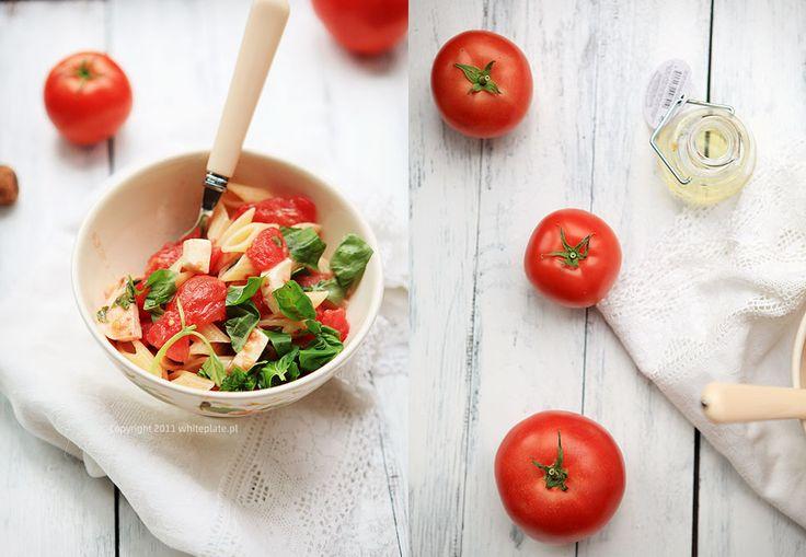 Makaron z sosem ze świeżych pomidorów, bazylii i sera • kilogram dojrzałych na słońcu  pomidorów (bawole serca lub malinowe) • ząbek czosnku • duży pęczek bazylii (dałam cytrynową i odrobinę tradycyjnej) • ser: mozarella di Bufala (3 szt.) lub świeże peccorino lub dobra feta lub bunc (25) dkg • 100 ml oliwy z oliwek (aromatyczna) • sól gruba morska (1/4 łyżeczki lub mniej jeśli jest słony ser) 500 g makaronu penne rigate
