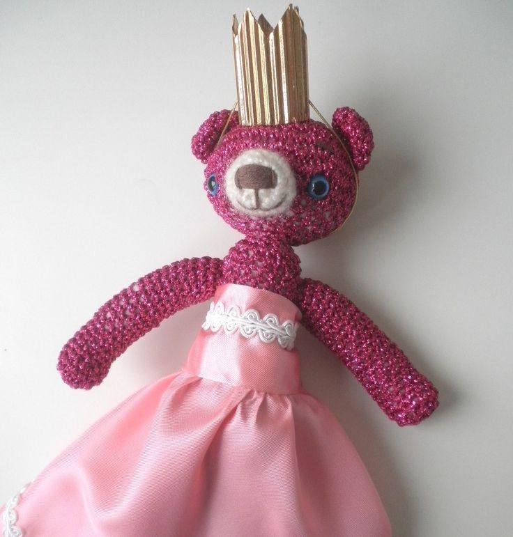 Růžový+medvídek+princezna+Medvídek+je+uháčkovaný+z+růžové+lurexové+příze+a+je+vysoký+25cm,+vycpaný+dutým+vláknem,+očička+má+bezpečnostní+(se+zarážkou+v+rubu)a+čumáček+je+ručně+vyšívaný.+Medvídek+je+vybavený+korunkou+z+papíru+a+šatečkama+pro+princeznu.+Obleček+i+medvídka+je+možno+koupit+i+samostatně.+Návod+na+uháčkování+podobného+medvídka+a+všechny...