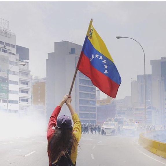 #19a No podrán con un país de valientes. Muchos han entregado hoy su vida con el alma de bandera. Otros asumimos nuestra parte por #venezuela y aunque hoy todos sufrimos. Pronto lograremos la libertad. #qepd