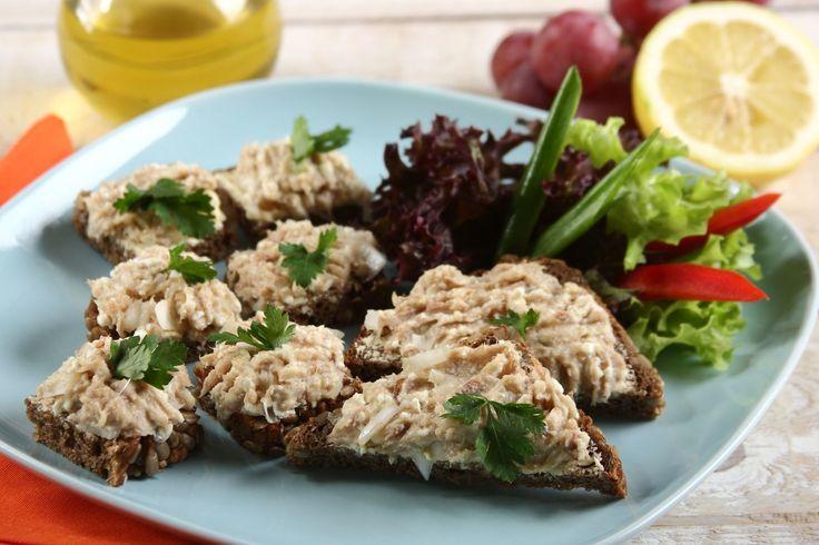 Sprawdzony przepis na Kanapki z pastą z wędzonej makreli   . Wybierz sprawdzony przepis eksperta z wyselekcjonowanej bazy portalu przepisy.pl i ciesz się smakiem doskonałych potraw.