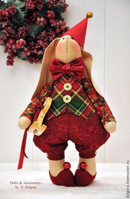 Купить или заказать Рождественский кролик Питер в интернет-магазине на Ярмарке Мастеров. Кролик Питер, как и все его друзья - кролики, уже вовсю готовится к встрече Главного Праздника. Но врядли кто-то из его собратьев может похвастать таким же нарядным бантом и волшебным колпаком :) Сшит кролик из хлопка, наполнен холлофайбером, нарядный костюм выполнен из американского хлопка в тёмно - красных и бордовых оттенках, рубашка и жилет - с золотистым напылением, украшают наряд золо…
