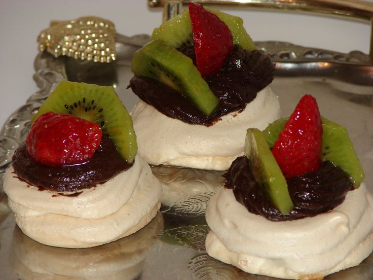 Cuiburi de bezea cu crema ciocolata si fructe