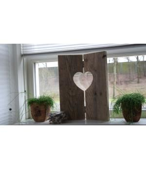 Stoer raamluik van gebruikt steigerhout voor op de vensterbank.Afmeting: 40 cm breed en 50 cm hoog.Onbehandeld maar wel goed geschuurd € 18,95Behandeld met Grey-wash of white-wash € 22,50Er kan een hartje, klavertje 4 zie foto 2 of een ster...