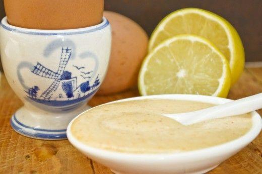 Соус голландский, или Голландез  Соус голландский, или голландез, к Нидерландам отношение если и имеет, то очень отдалённое. Этот соус французский, готовится на основе сливочного масла и сырых яиц, имеет множество вариаций, одна из которых – соус голландский пышный с добавлением взбитых в крепкую пену белков.