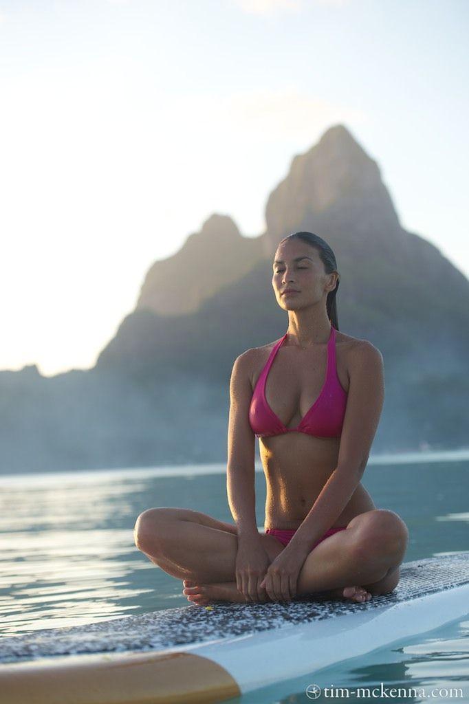 SUP yoga.  Le yoga est très complémentaire du surf: on peut le pratiquer avant ou après la session, et même pendant ! Pratiquer le yoga sur l'eau est un moyen de potentialiser ses bienfaits. Des yogis surfeurs ont eu l'idée de faire du yoga sur leur planche, comme la surfeuse yogiste Shiva Rea qui pratiquait naturellement le yoga assise en attendant les vagues, ce qui lui a inspiré Surf Yoga Soul.
